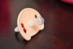 изолированная младенцем белизна силикона pacifier Стоковое Изображение RF