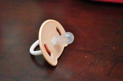 изолированная младенцем белизна силикона pacifier Стоковые Фото