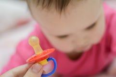 изолированная младенцем белизна силикона pacifier Стоковые Изображения RF