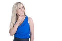 Изолированная довольно белокурая бизнес-леди с косым взглядом стоковое изображение