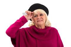 Изолированная пожилая женщина с пилюльками Стоковые Фото