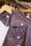 изолированная предпосылкой белизна кожи куртки Стоковое фото RF