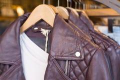 изолированная предпосылкой белизна кожи куртки Стоковая Фотография RF