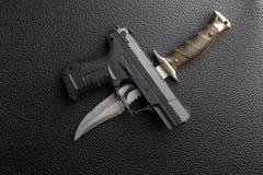 изолированная предпосылкой белизна пистолета ножа Стоковое фото RF