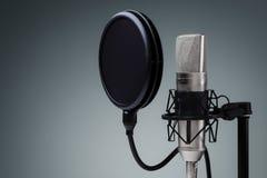 изолированная предпосылкой белизна студии микрофона Стоковое Изображение RF