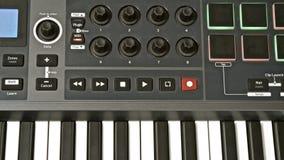 изолированная предпосылкой белизна midi клавиатуры Стоковые Изображения