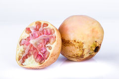 изолированная предпосылкой белизна pomegranates зрелая Стоковые Изображения RF