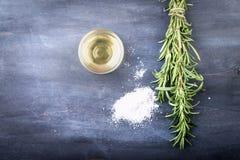 изолированная предпосылкой белизна rosemary масла прованская Стоковые Изображения
