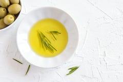 изолированная предпосылкой белизна rosemary масла прованская Стоковые Изображения RF