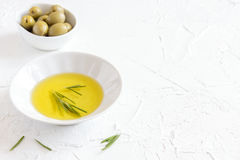 изолированная предпосылкой белизна rosemary масла прованская Стоковое Изображение