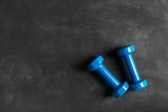 изолированная принципиальной схемой белизна спорта Гантели на черной предпосылке Стоковые Фотографии RF