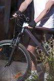 изолированная принципиальной схемой белизна спорта Крупный план рук мужского Ou велосипедиста кавказца MTB Стоковые Фото
