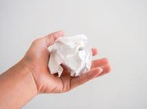 Изолированная рука держа шарик белой бумаги Стоковые Изображения RF
