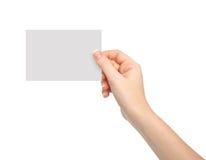 Изолированная рука женщины держа кусок бумаги стоковое изображение