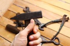изолированная рука молотка предпосылки черная Стоковое Изображение
