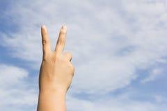 изолированная рука предпосылки делающ белизну победы знака Стоковое Изображение