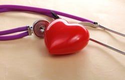 изолированная сердцем медицинская белизна стетоскопа Стоковая Фотография