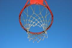 Изолированная сеть баскетбола на предпосылке голубого неба Стоковое Фото