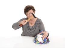 Изолированная старшая женщина - концепция денег с пенсионером ломать стоковые фото