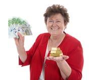 Изолированная старшая женщина с деньгами: концепция для пенсии и herita стоковые фотографии rf