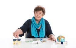 Изолированная старшая женщина думает о ее деньгах - концепции для pensio стоковые изображения rf