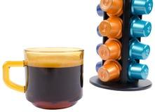 Изолированная стойка капсул чашки кофе и кофе Стоковые Фотографии RF