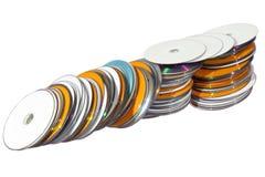 Изолированная строка штабелированного красочного компактного Dists Стоковые Фото
