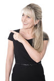 Изолированная счастливая бизнес-леди в черный указывать на текст стоковые изображения rf