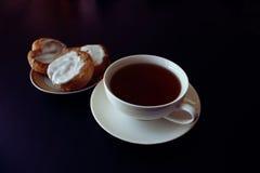 изолированная чашкой белизна чая стоковое изображение rf