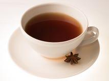 изолированная чашкой белизна чая Стоковые Изображения RF
