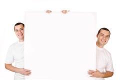 2 изолированного близнеца молодых человеков привлекательных позитва усмехаясь Стоковая Фотография RF