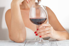изолированное вино waite om красное Женщина выпивая красное вино в спальне Белая предпосылка Стоковое фото RF