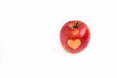 Изолированное красное яблоко с формой сердца на белой предпосылке Стоковая Фотография RF
