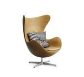 Изолированное классическое кожаное кресло с striped подушкой Стоковые Фото
