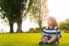 изолированное милое мальчика предпосылки немногой над белизной портрета Стоковое Фото