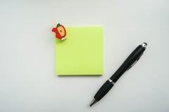 Изолированное насмешливое поднимающее вверх зеленое липкое примечание с ручкой стоковая фотография rf