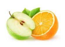 Изолированное оранжевое и зеленое яблоко Стоковые Изображения RF