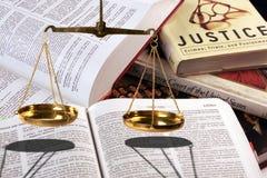 изолированное правосудие над маштабами белыми Стоковое фото RF