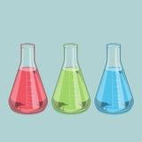 Изолированное стеклоизделие химической лаборатории Красная, зеленая и голубая жидкость Склянка Erlenmeyer 1000ml Покрашенная лини Стоковая Фотография