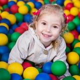 изолированное счастливое девушки предпосылки немногой играя белизну Стоковое фото RF
