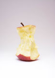 Изолированное съеденное красное яблоко стоковое изображение rf