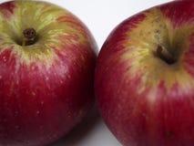 2 изолированное яблоко akane Стоковая Фотография