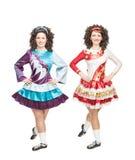 2 изолированной молодой женщины в представлять платьев танца Ирландского Стоковое Изображение RF