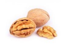 Изолированные грецкий орех и треснутый грецкий орех Стоковые Фото