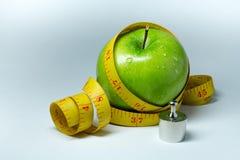 Изолированные лента и яблоко измерения Стоковые Изображения RF