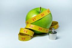 Изолированные лента и яблоко измерения Стоковое Изображение