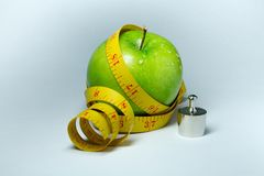 Изолированные лента и яблоко измерения Стоковые Изображения