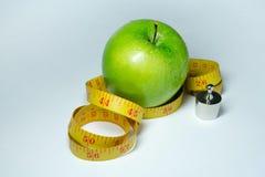 Изолированные лента и яблоко измерения Стоковая Фотография RF