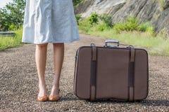 изолированные детеныши белой женщины чемодана Стоковое Изображение