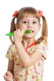 Изолированные зубы девушки ребенка чистя щеткой Стоковые Фотографии RF